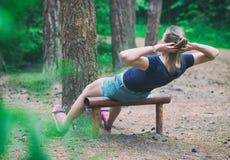 Donna che fa allenamento dell'ABS Fotografia Stock Libera da Diritti