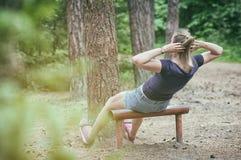 Donna che fa allenamento dell'ABS Fotografie Stock Libere da Diritti