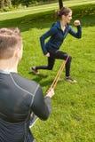 Donna che fa allenamento della gamba al parco Immagine Stock Libera da Diritti