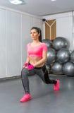 Donna che fa allenamento della gamba nella palestra Immagini Stock