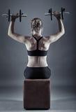 Donna che fa allenamento della spalla Immagini Stock Libere da Diritti