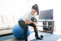 Donna che fa allenamento pesante del bicipite Immagini Stock