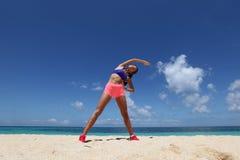 Donna che fa allenamento sulla spiaggia Immagine Stock