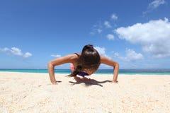 Donna che fa allenamento sulla spiaggia Fotografia Stock