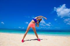 Donna che fa allenamento sulla spiaggia fotografia stock libera da diritti