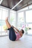Donna che fa allungamento della sua indietro esercitazione. Fotografia Stock Libera da Diritti