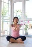 Donna che fa allungamento della sua indietro esercitazione. Fotografie Stock Libere da Diritti