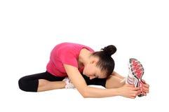 Donna che fa allungamento delle esercitazioni Fotografia Stock