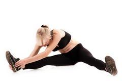 Donna che fa allungamento prima dell'esercizio Fotografie Stock