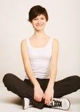 Donna che fa allungando esercitazione alla ginnastica Immagini Stock Libere da Diritti