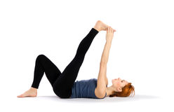 Donna che fa allungando esercitazione di yoga Immagini Stock
