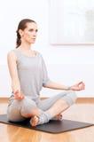 Donna che fa allungando esercitazione di yoga alla ginnastica di sport Fotografia Stock