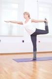 Donna che fa allungando esercitazione di yoga alla ginnastica di sport Fotografie Stock Libere da Diritti