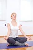 Donna che fa allungando esercitazione di yoga alla ginnastica di sport Immagini Stock Libere da Diritti