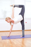Donna che fa allungando esercitazione di yoga alla ginnastica di sport Immagine Stock Libera da Diritti