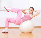 Donna che fa allungando esercitazione sulla sfera Fotografie Stock