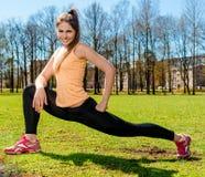 Donna che fa allungando esercizio all'aperto Immagini Stock Libere da Diritti
