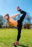 Donna che fa allungando esercizio all'aperto Fotografia Stock
