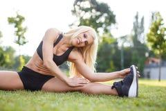 Donna che fa allungando gli esercizi all'aperto Fotografia Stock Libera da Diritti