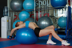 Donna che fa allungando gli esercizi sulla palla relativa alla ginnastica Immagine Stock Libera da Diritti