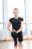Donna che fa allungando le esercitazioni in ginnastica Fotografia Stock