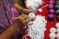 Donna che fa artigianato in Tailandia fotografie stock libere da diritti