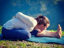 Donna che fa asana di yoga all'aperto Fotografia Stock