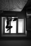 Donna che fa asana di yoga sul davanzale della finestra Fotografia Stock Libera da Diritti