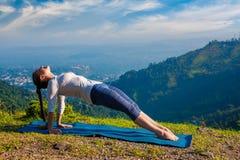 Donna che fa asana Purvottanasana di yoga di Hatha Immagine Stock Libera da Diritti