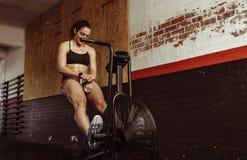 Donna che fa cardio esercizio sulla bici alla palestra Fotografia Stock Libera da Diritti