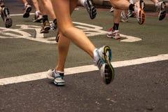 Donna che fa concorrenza nella maratona Fotografia Stock Libera da Diritti