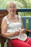 Donna che fa crochet fotografie stock