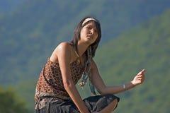 Donna che fa dell'auto-stop immagini stock libere da diritti