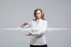 Donna che fa effetto magico - fulmine istantaneo Il concetto di elettricità, alta energia Immagine Stock