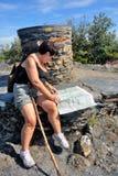 Donna che fa escursione nel parco nazionale di Cevennes Immagine Stock