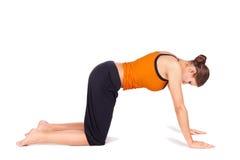 Donna che fa esercitazione di distensione di yoga Fotografie Stock