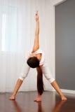 Donna che fa esercitazione di flessibilità fotografia stock