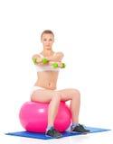 Donna che fa esercitazione di forma fisica Immagini Stock Libere da Diritti