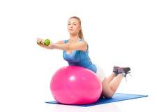 Donna che fa esercitazione di forma fisica Immagini Stock