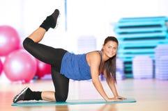 Donna che fa esercitazione di forma fisica alla ginnastica di sport Immagine Stock Libera da Diritti
