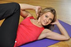 Donna che fa esercitazione di forma fisica della pressa Fotografia Stock Libera da Diritti