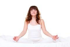 Donna che fa esercitazione di yoga Immagini Stock