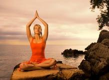 Donna che fa esercitazione di yoga Fotografia Stock Libera da Diritti
