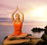 Donna che fa esercitazione di yoga Fotografie Stock