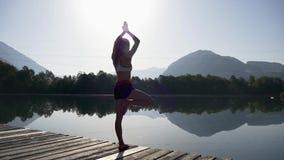 Donna che fa esercitazione di yoga archivi video