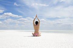 Donna che fa esercitazione di yoga all'aperto Fotografia Stock Libera da Diritti
