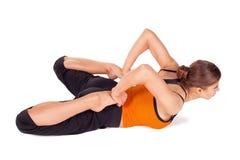 Donna che fa esercitazione di yoga di posa della rana Immagine Stock
