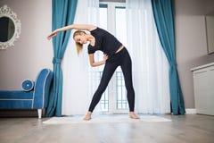 Donna che fa esercitazione di YOGA nel paese Allenamento di mattina in camera da letto Stile di vita di sport e sano Fotografia Stock