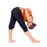 Donna che fa esercitazione laterale intensa di yoga di stirata Fotografia Stock Libera da Diritti