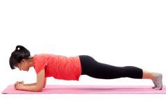 Donna che fa esercizio della plancia Fotografia Stock